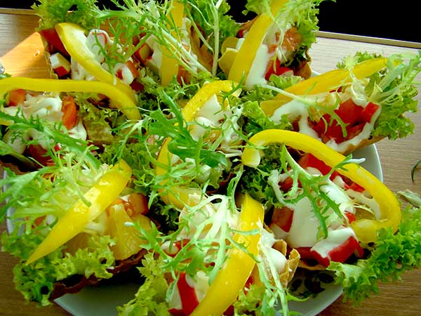 Салат в корзинках со свежим перцем